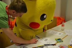 Knuffiger Besuch in der BisaCast-Malecke, Pikachu malt (mit etwas Hilfe von Basti) ein Froxy aus.