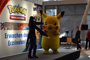 Maria (als Proto Kyogre) und Pikachu bespaßen das Publikum vor der Eröffnung